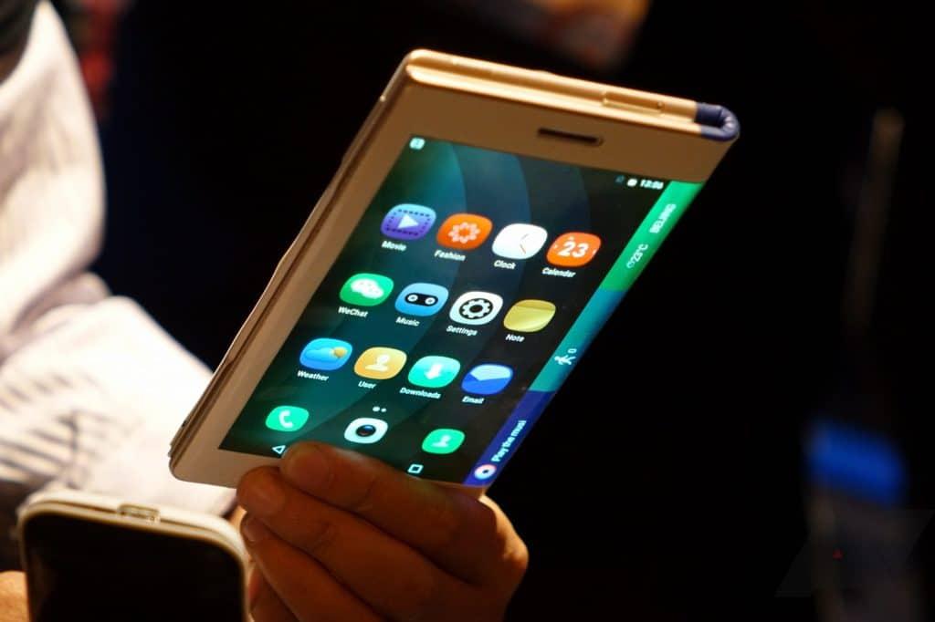 Présentation d'un smartphone à écran flexible