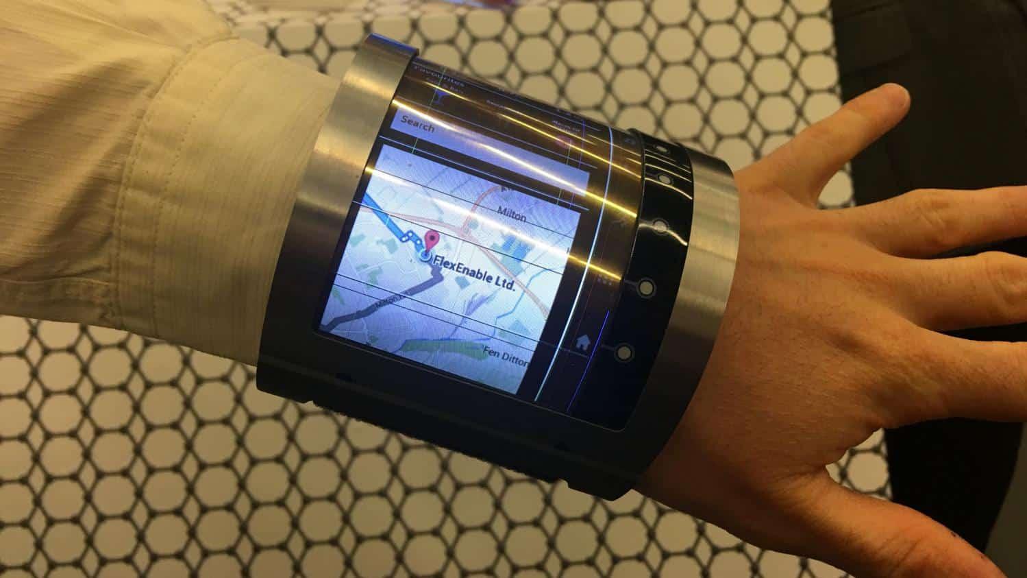 Un smartphone à écran flexible à la main